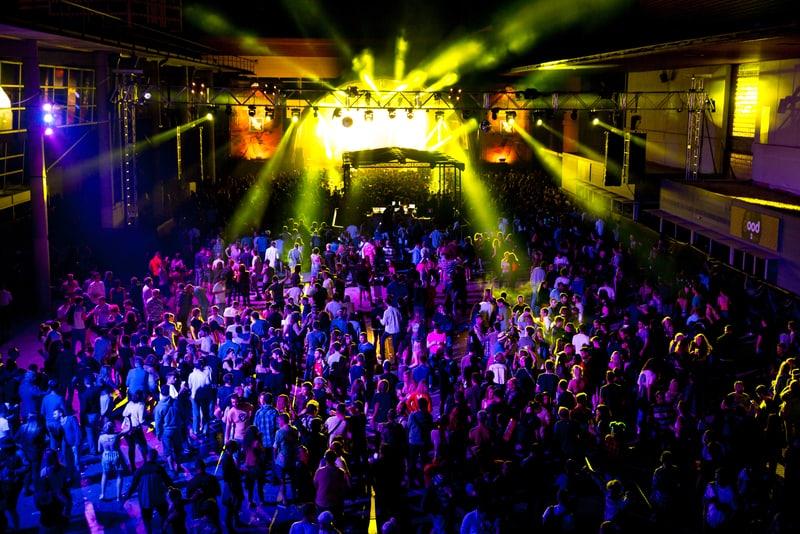 Multitud de fiesta en una discoteca en Barcelona