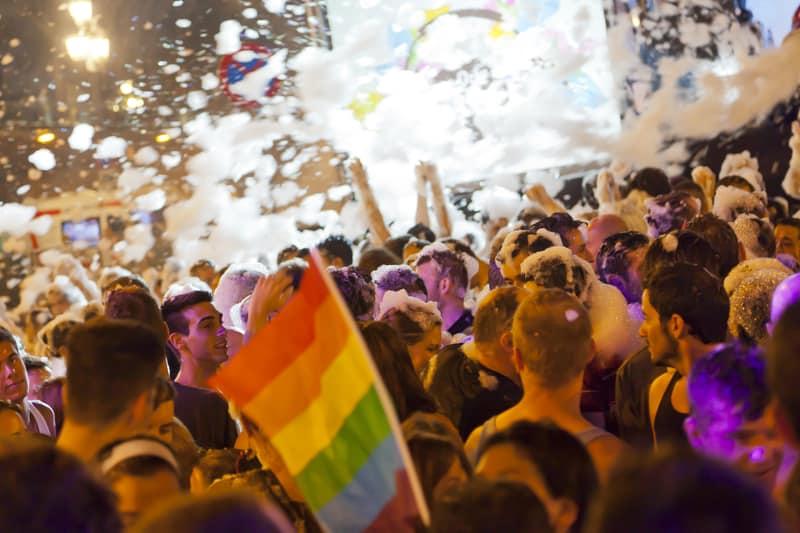 Fiesta de la espuma durante el desfile del orgullo gay en Barcelona